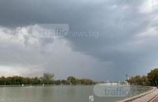 Гръмотевици падат край Пловдив, дъждът дойде СНИМКИ