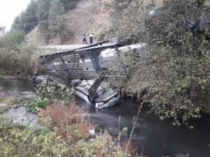 Автовоз се обърна в дере, изсипа автомобили в реката