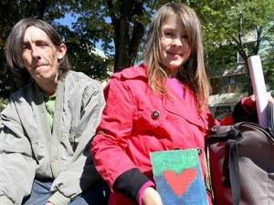 ЧСИ блокира дарения за болен баща! 10-годишната Сиси рисува, за да го спаси