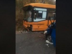 Трима ранени при катастрофа между автобус и бус