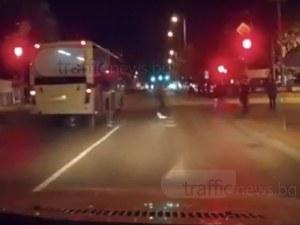 На косъм от трагедията: Градски автобус в Пловдив минава на червено между пешеходците ВИДЕО