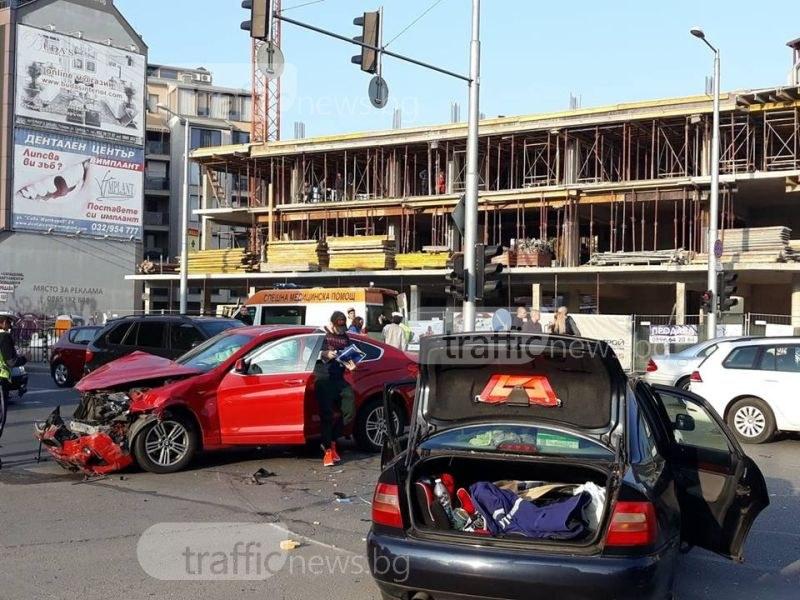 """Четирима души са пострадали при тежкия удар на бул. """"Руски"""" между три коли СНИМКИ"""