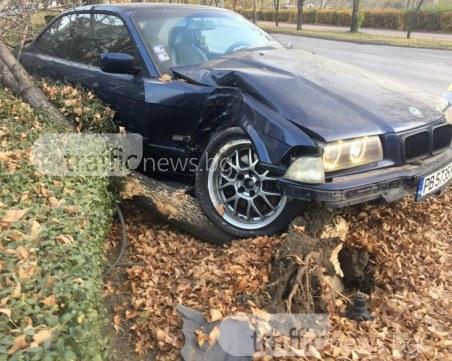 Дрифтъри се забиха в дърво в Пловдив! Зарязаха БМВ-то и избягаха СНИМКИ+ВИДЕО