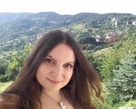 Млада учителка от Пловдив реди първа самостоятелна изложба навръх Деня на будителите СНИМКИ