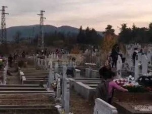 Докато едни скърбят за починалите си близки, други плячкосват гробовете ВИДЕО