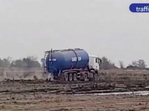 Жителите не село Труд отново настръхнаха, цистерни изхвърлят биоотпадъци по нивите ВИДЕО