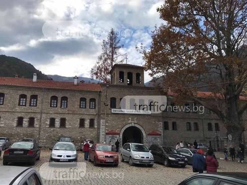Около манастирите у нас като Синя зона, плащаме по 2 лева за паркинг на Бачковската обител