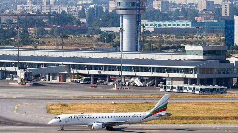 Пътникът, заради който бе приземен аварийно самолет в София, е починал
