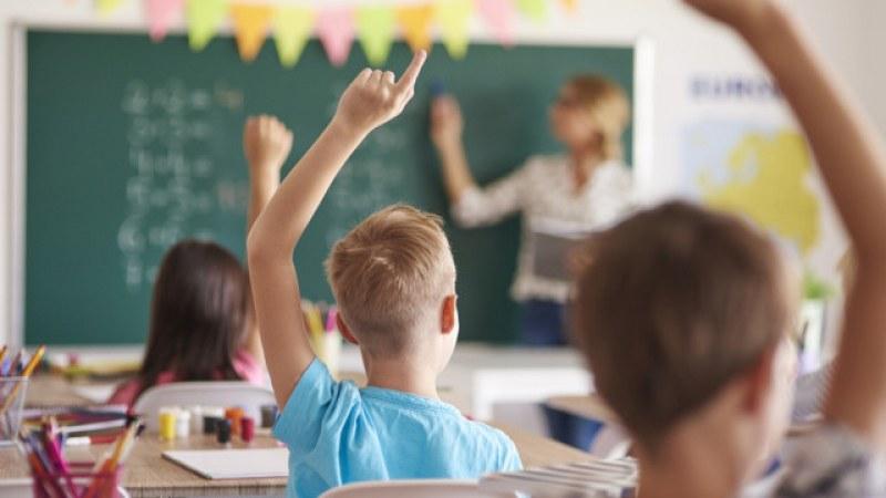 Учителите ще взимат чисто по 1100 лева, обяви образователният министър