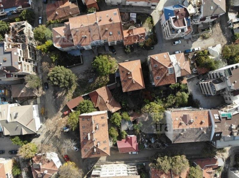Защо една-единствена улица в центъра на Пловдив остава разбита и неремонтирана? СНИМКИ