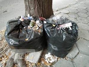 От три седмици чували с боклук стоят на склад на тротоар в Пловдив СНИМКИ