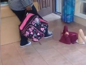 Жестокост: гледачка в ясли рита зверски момиченце - инвалид, защото се изцапало ВИДЕО