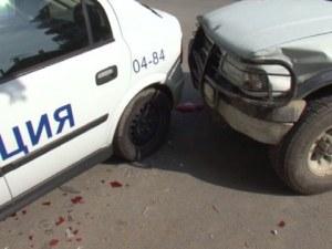 Мъж с 50 кримирегистрации блъсна патрулка и избяга