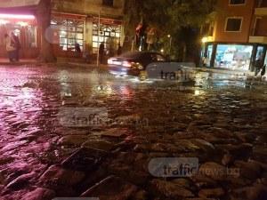 Улици в центъра на Пловдив се превърнаха в реки заради авария СНИМКИ