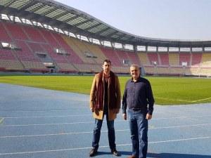 """Иван Тотев гледа стадиона в Скопие, който може да е еталон за ремонта на ст. """"Пловдив"""" СНИМКИ"""