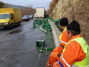 Камион изсипа стотици литра бира на пътя СНИМКА