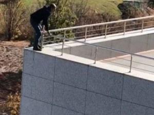 Мъж заплашва, че ще скочи от покрива на турския парламент ВИДЕО