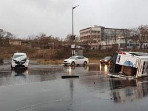 Пътнически микробус се преобърна в Кърджали, има пострадали