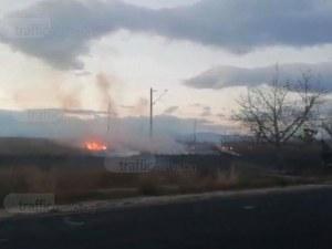Пожар край Пловдив! Сухи треви горят край главен път, пожарната е на място СНИМКИ и ВИДЕО