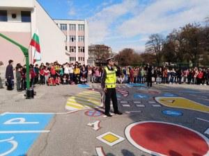 Под ритъма на танца инспектор Ботьо Гиргинов поведе деца през нова детска площадка СНИМКИ+ВИДЕО