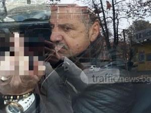 """Шофьор забърса кола в Пловдив, после """"поздрави"""" със среден пръст собственичката СНИМКИ"""