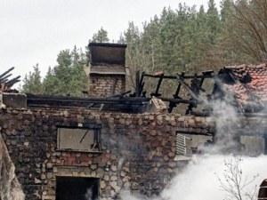 Семейство с 3-годишно дете и бременната му майка едва не изгоря през нощта