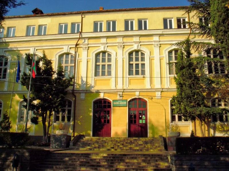 Направиха тенискорт върху покрив на училище в Карлово
