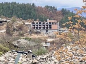 Четириетажен хотел сред старинни къщички с каменни покриви! В България всичко е възможно