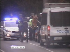 """Дрифтър """"запали"""" гумите на голфа си пред парламента, полицията го арестува ВИДЕО"""