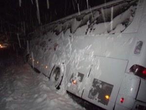 Автобус, пътуващ за Варна, попадна в снежен капан СНИМКА