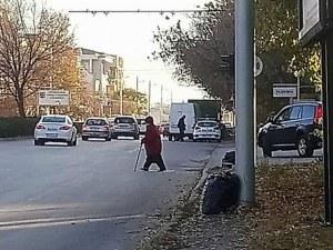 Баба камикадзе с бастун пресече Коматевско шосе и... взриви Фейсбук СНИМКА