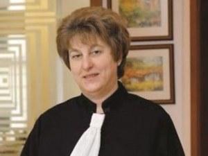 Домът на адвокатка осъмна с некролог, че е починала от черни магии! СНИМКА