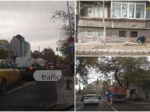 """Зверска тапа на бул. """"Руски"""" - двама строители и един багер затвориха цяла лента СНИМКИ"""
