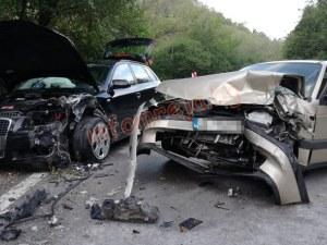 Тежка катастрофа! Две коли се удариха челно, трима са ранени