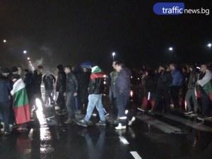 Стотици карловци излязоха на пътя, шофьори зареждат коли с жълти стотинки ВИДЕО