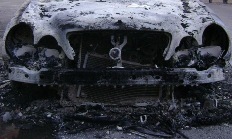 Мерцедес потъна в пламъци в средата на ромска махала в Пловдив