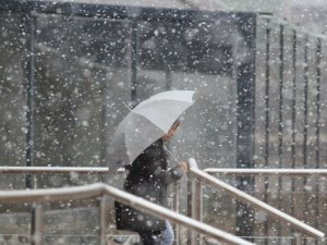 Сняг покрива почти цялата страна, температурите стават минусови