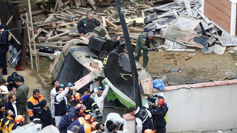 Военен хеликоптер се разби в сграда в Истанбул, четирима загинаха