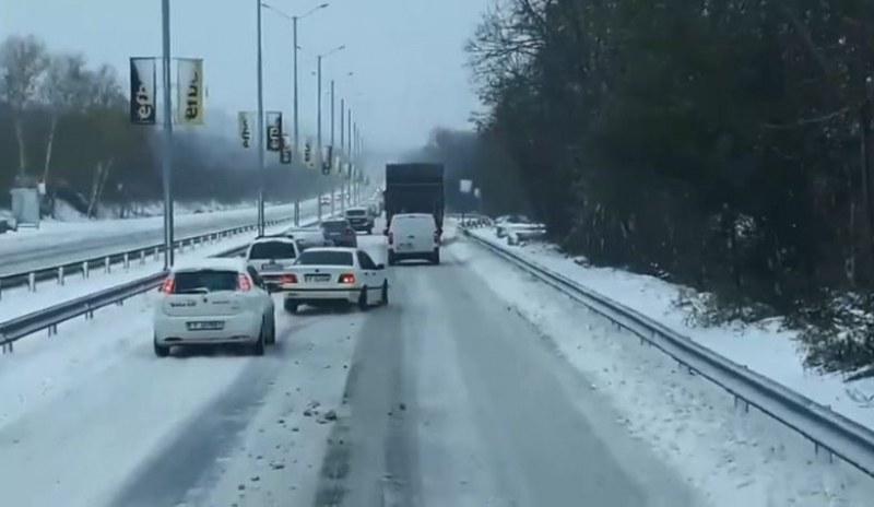 Келеш дрифти в снега, в едва пъплеща колона от коли! Абсурдно? Вижте ВИДЕОТО