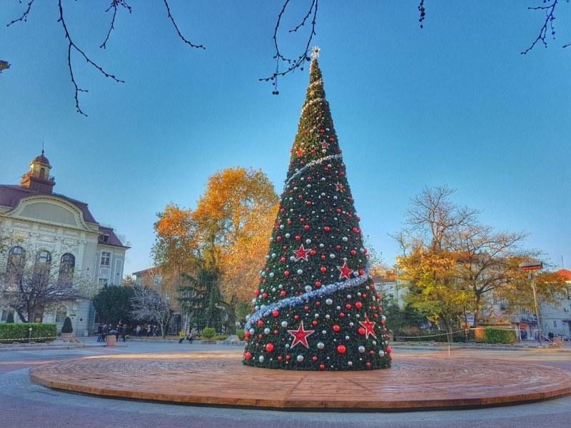 Коледен дух завладява Пловдив! Палят светлините на елхата тази вечер