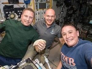 Трима астронавти останаха заклещени в Космоса, не могат да се върнат на Земята