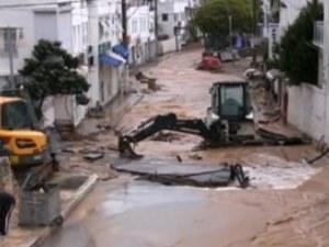 Вода заля улици в Турция, отнесе автомобили