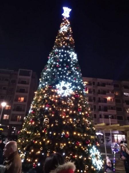 Коледен дух нахлу в Тракия! С песни и обратно броене запалиха светлините на елхата СНИМКИ и ВИДЕО