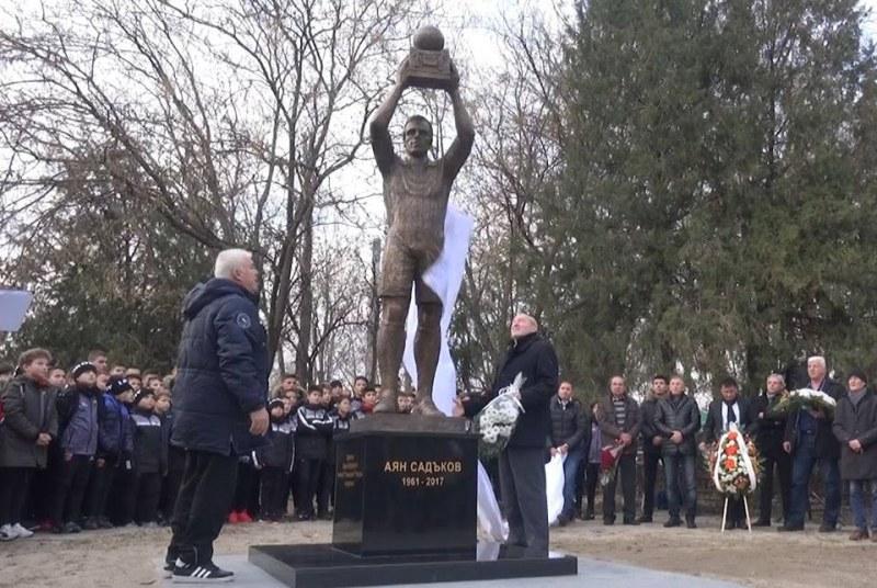 Сълзи за легендата! Майката на Аян Садъков се разрида на паметника му ВИДЕО И СНИМКИ