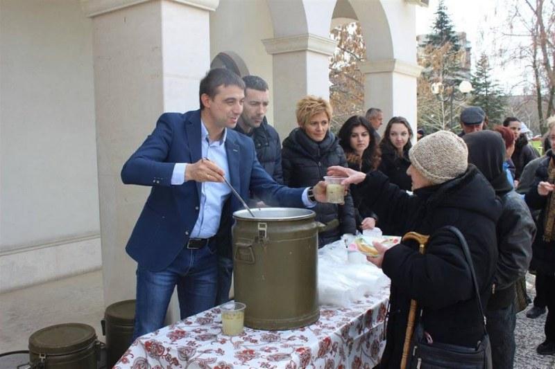 Районни кметове на Пловдив раздават безплатни порции курбан за празника Никулден