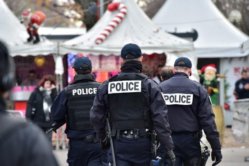 Закопчаха 146 души край училище във Франция