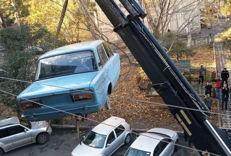 """""""Жигули"""" кацна на балкон, откара там... 28 години СНИМКА и ВИДЕО"""