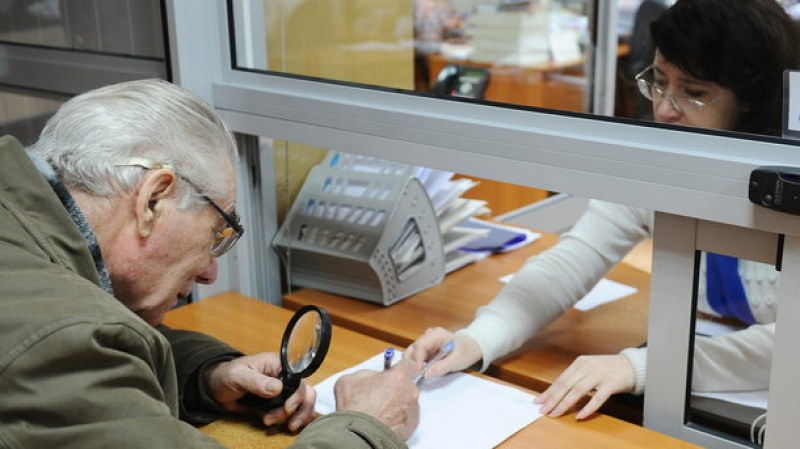 Изплащат пенсиите за декември с коледната добавка от 40 лева