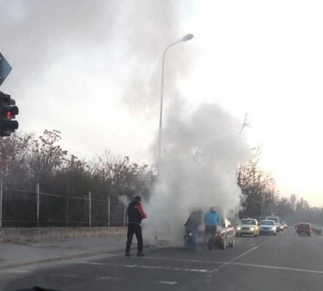 Лек автомобил избухна в пламъци на булевард в Кючука СНИМКА