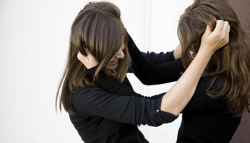 Тийнейджърки се хванаха за косите в училище! Едната се издирва, другата е в болница